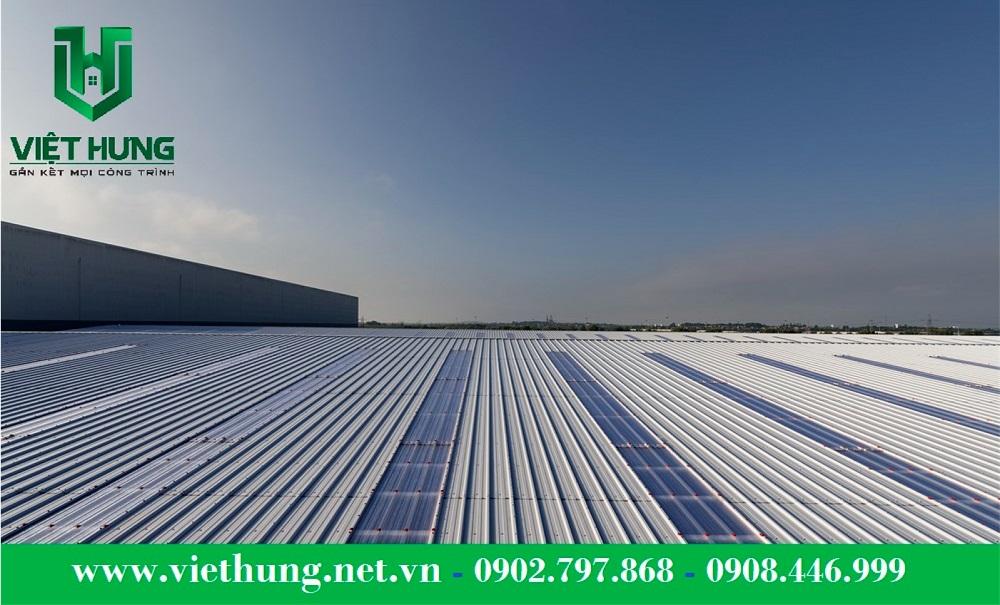 Tôn nhựa lấy sáng polycarbonate trong suốt dạng sóng lợp mái nhà xưởng sản xuất