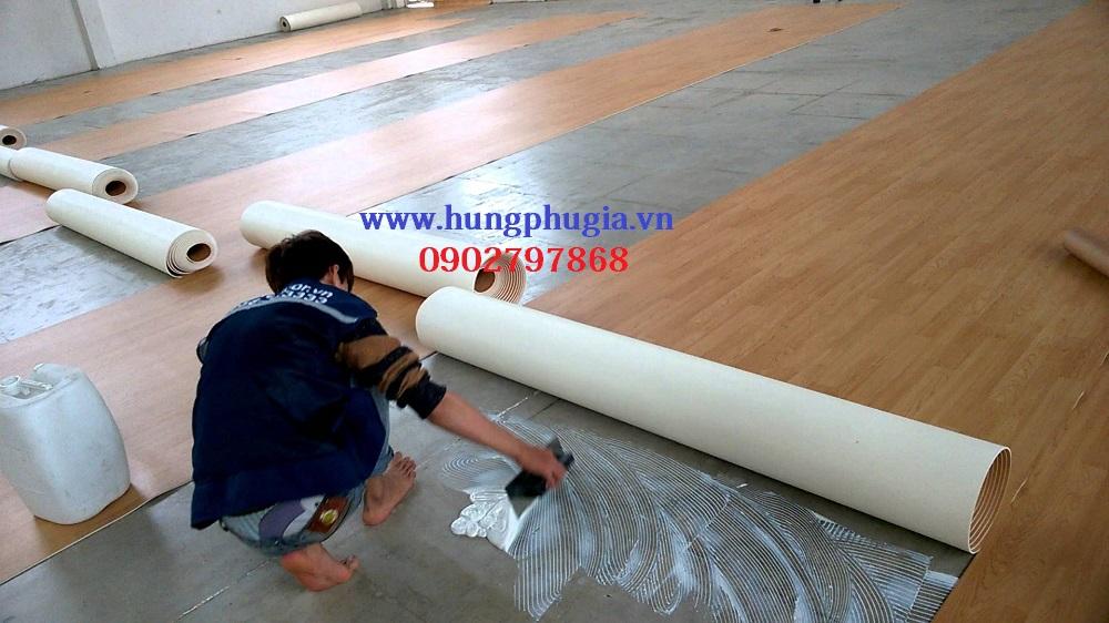 Thi công lắp đặt simili trải sàn bằng keo sữa