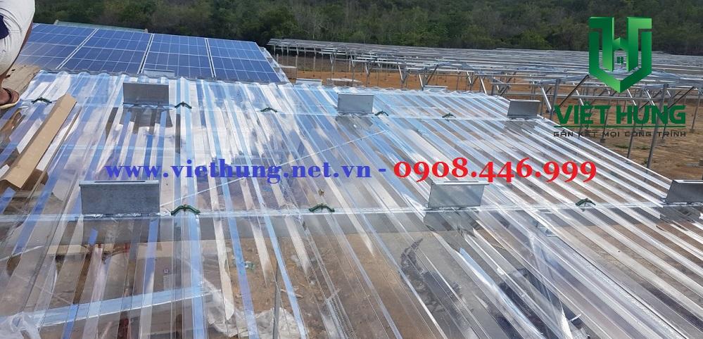 Tôn nhựa lấy sáng Polycarbonate trong suốt lợp mái pin điện năng lượng mặt trời giá rẻ