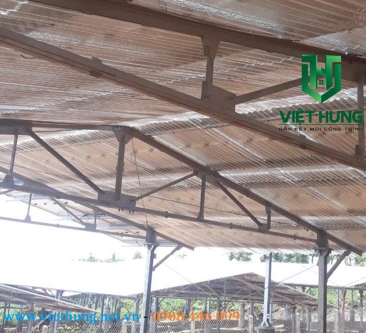 Hình ảnh tấm tôn lợp dưới tấm Pin năng lượng mặt trời do Việt Hưng cung cấp